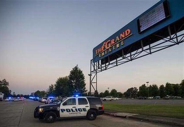 En la fotografía se aprecia la entrada del Grand Theatre de Lafayette, Louisiana. Las autoridades indicaron que la balacera se presentó aproximadamente veinte minutos después de iniciada la película. (Foto AP)