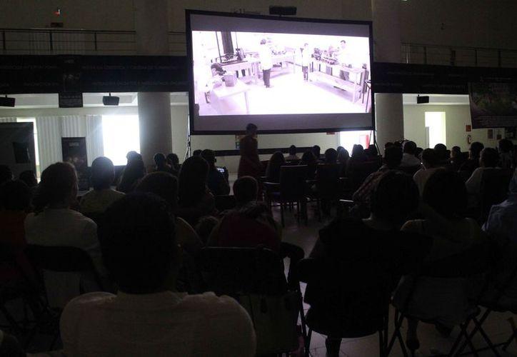 El trabajo se proyectó la noche del jueves en la explanada de la Universidad del Caribe. (Faride Cetina/SIPSE)