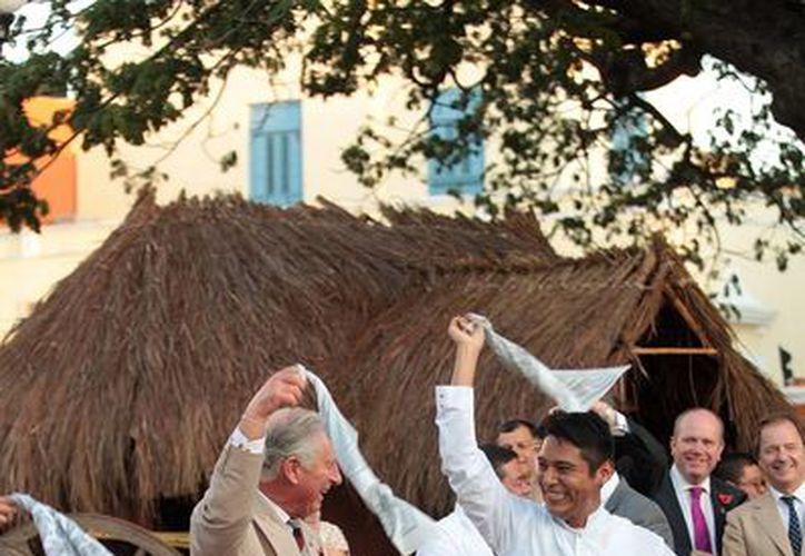 El baile del príncipe Carlos arrancó los aplausos de cientos de curiosos que se encontraban en el centro histórico de Campeche. (Notimex)