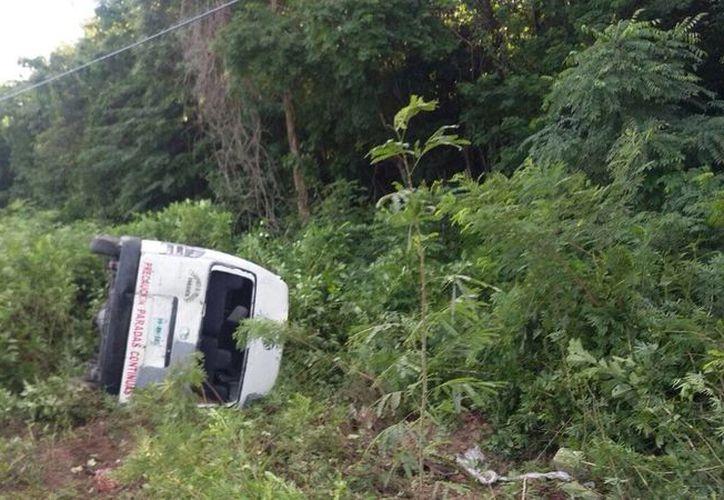 La camioneta de pasajeros fue impactada de frente por el camión de tres toneladas ayer por la tarde. (Redacción/SIPSE)