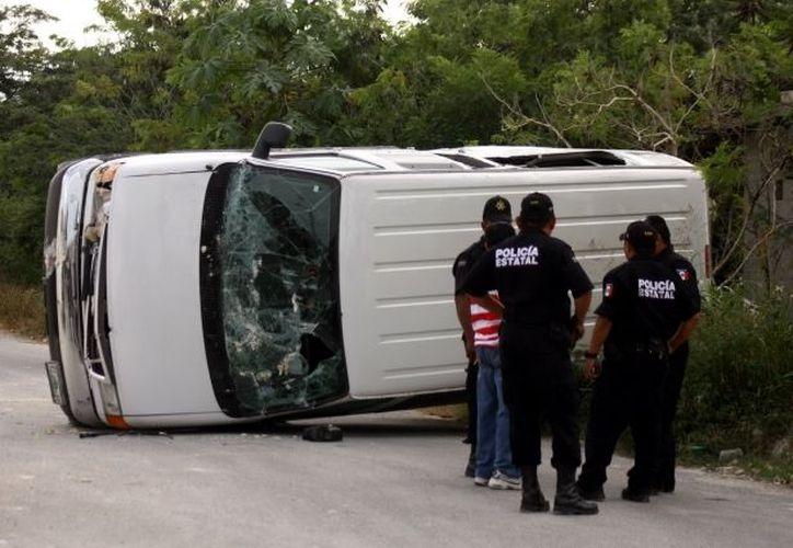 Aunque Pascual González desquitó su coraje con vehículos que estaban en la empresa, no hubo heridos. (Jorge Pallota/SIPSE)
