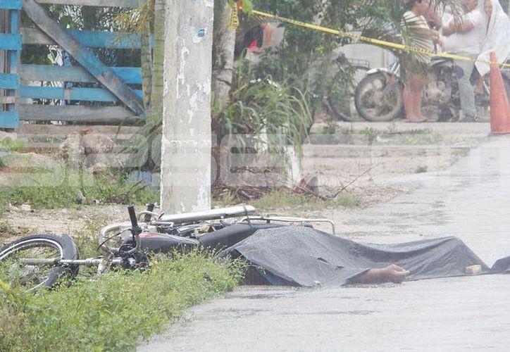 El motociclista perdió el control cuando manejaba en medio de la lluvia. (SIPSE)