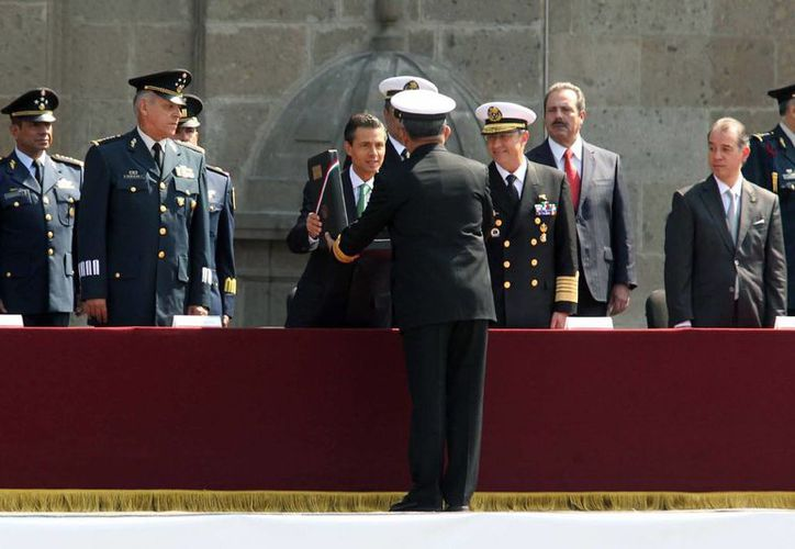 El presidente Enrique Peña Nieto encabezó la ceremonia de entrega de asensos y condecoraciones a militares, en el marco del 103 Aniversario del inicio de la Revolución Mexicana, hoy en la explanada del Zócalo capitalino. (Notimex)