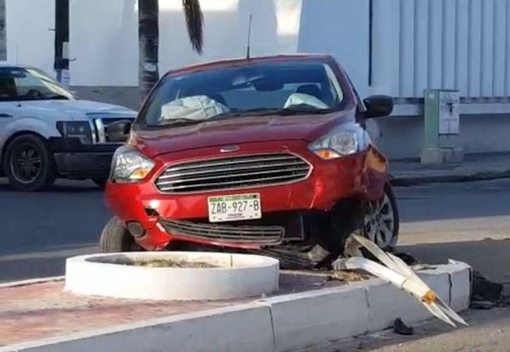 El conductor perdió el control del vehículo y se impactó contra el camellón, resultando lesionada una mujer. (Fotos: Gerardo Keb/SIPSE)