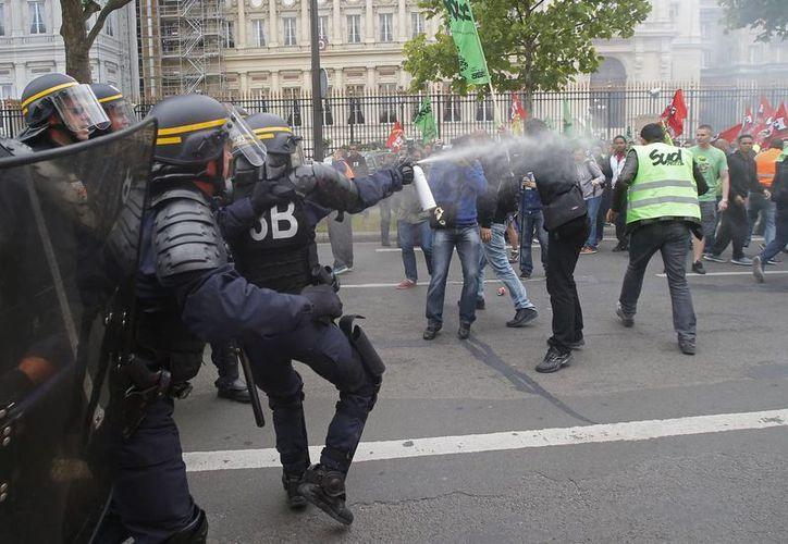 La policía respondió con gases lacrimógenos y redujo físicamente a algunos manifestantes. (Agencias)