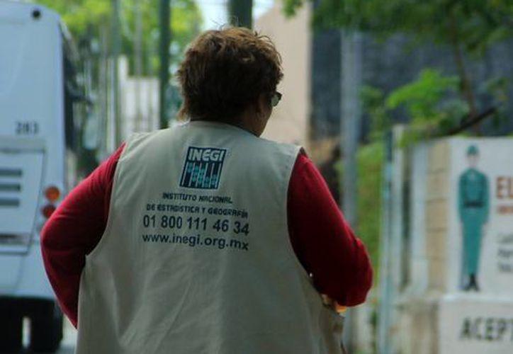 Una censadora del Inegi durante un recorrido casa por casa en Mérida. (José Acosta/Milenio Novedades)