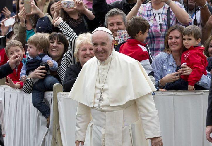 El Papa Francisco llega a su audiencia general semanal en la Plaza de San Pedro en el Vaticano. (Agencias)