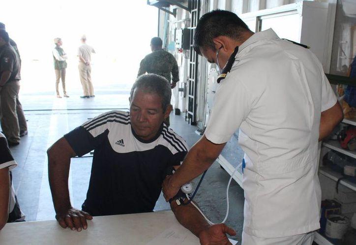 Seis cubanos que naufragaban en una balsa fueron rescatados por la Armada y atendidos médicamente para después ser trasladados con las autoridades de Migración. (Fotos cortesía de la  Armada)