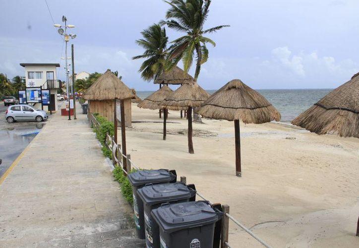 La remodelación de la playa Del Niño ha dignificado la zona, pero falta arreglar las calles y las banquetas, reconocen autoridades. (Tomás Álvarez/SIPSE)