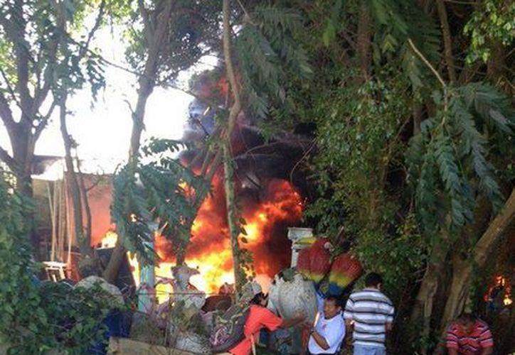 El incendio en la bodega del ayuntamiento provocó intensa movilización. (Gustavo Villegas/SIPSE)