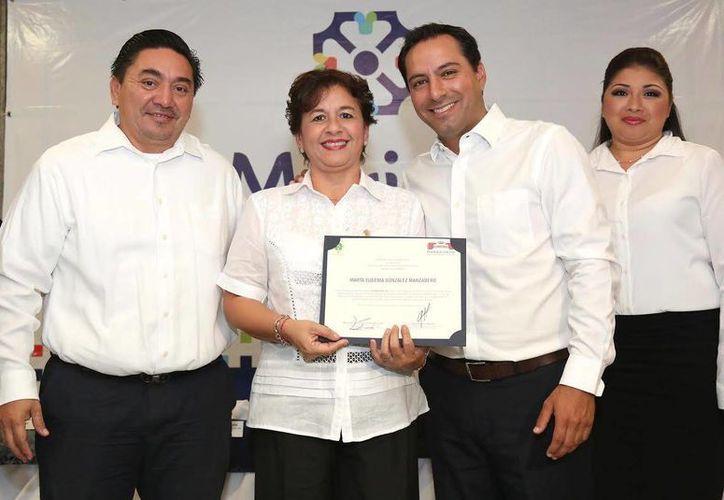 El alcalde de Mérida, Mauricio Vila, estuvo presente en la entrega de certificados como facilitadores privados a 15 licenciados en derecho del DIF Municipal. (Foto cortesía del Ayuntamiento de Mérida)