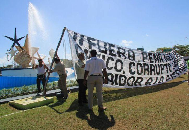 Llegaron apenas siete personas a la convocatoria para manifestarse. (Luis Soto/SIPSE)