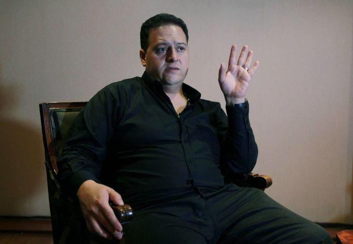 El hijo del narcotraficante colombiano Pablo Escobar habla durante una entrevista, en Bogotá, Colombia. (EFE)