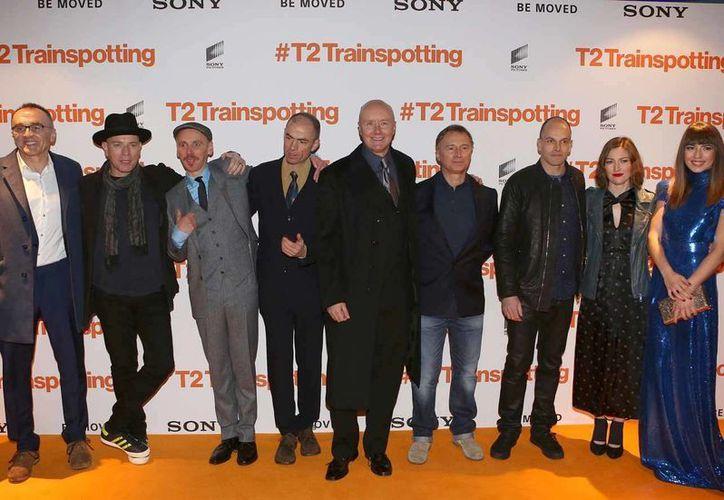 Danny Boyle (c) con el elenco de 'T2 Trainspotting'. (AP)