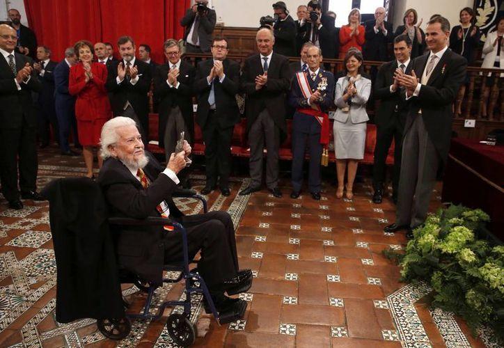 A pesar de sus problemas de salud, el escritor Premio Cervantes 2015 resaltó su convicción para acudir personalmente a la ceremonia. (AP)