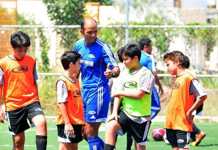 El director de Rush Soccer Club, Giancarlo Salazar Mejía, durante un entrenamiento con juveniles. (Milenio Novedades)