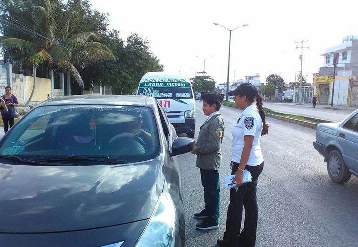Alrededor de 150 alumnos de primaria, entregaron trípticos a automovilistas en Cancún. (Foto: Redacción)