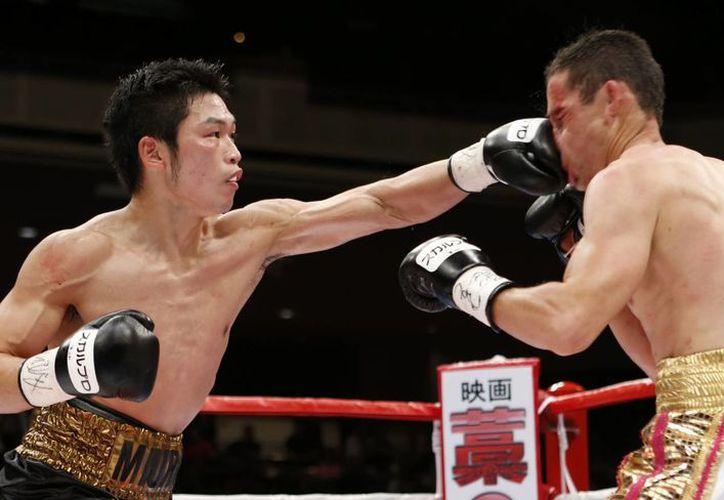 Gamaliel Díaz (d) perdió ante Takashi Miura la corona que le ganó a otro japonés. (Agencias)