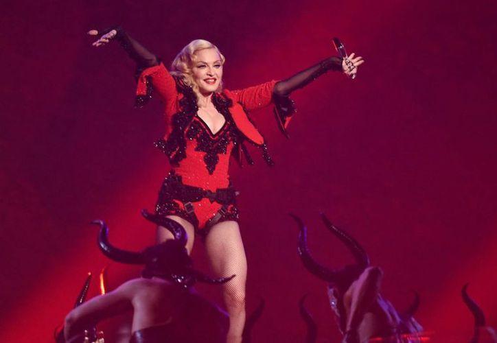 Madonna publicó dos videos donde dio a conocer algunos aspectos de lo que será su próxima gira que comenzará en septiembre, en la foto se observa a la artista durante su presentación en los premios Grammy. (AP)