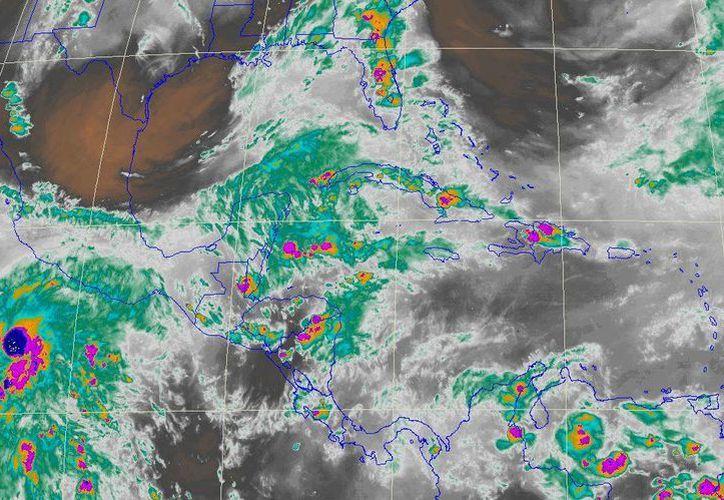 En esta imagen de satélite se observa la Península de Yucatán cubierta de intensa nubosidad a causa de una vaguada en combinación con aire marítimo tropical proveniente del Mar Caribe. (Conagua)