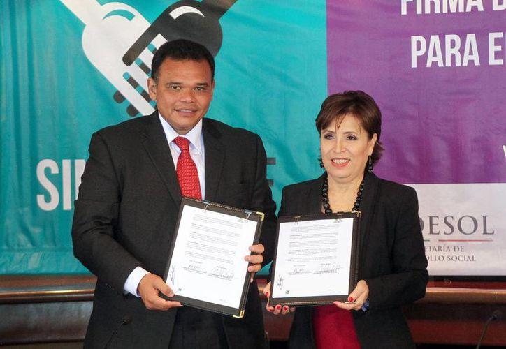 El gobernador Rolando Zapata Bello y la titular de Sedesol, Rosario Robles Berlanga, con el acuerdo ya firmado. (Cortesía)