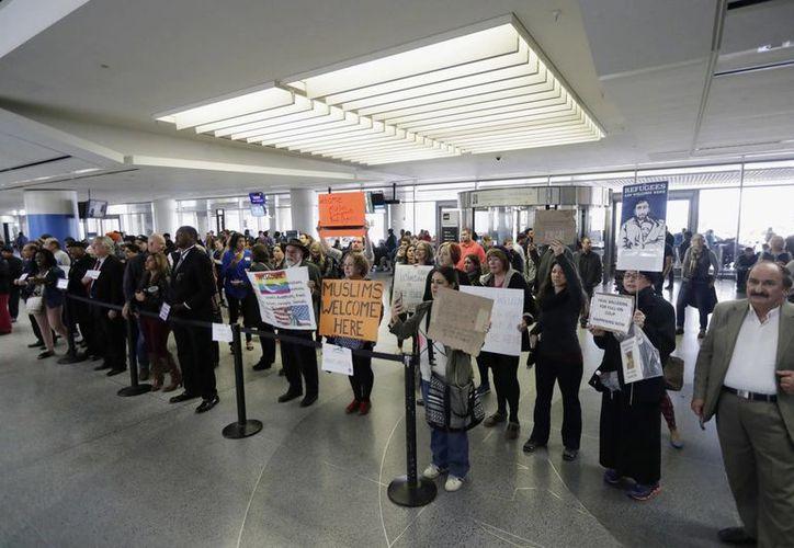 Manifestantes protestan en el aeropuerto de San Francisco contra la orden ejecutiva de Donald Trump, que prohíbe la entrada a EU de ciudadanos de siete países de mayoría musulmana. (AP/Marcio José Sánchez)