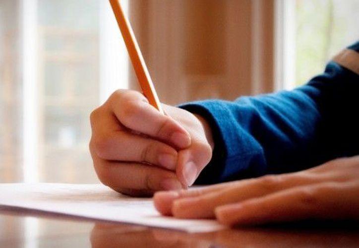 La demanda de padres de familia para obtener un espacio en diversas primarias y planteles de preescolar para sus hijos continúa. (Contexto/Internet).