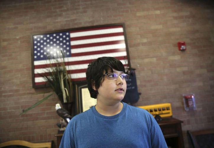 El estudiante de séptimo grado Habib Rahman, de 12 años, mira a través de la puerta de su escuela en Rockwall, Texas. Los niños están procesando el resultado de una carrera presidencial que en muchos momentos no fue apta para ellos. (AP/LM Otero)