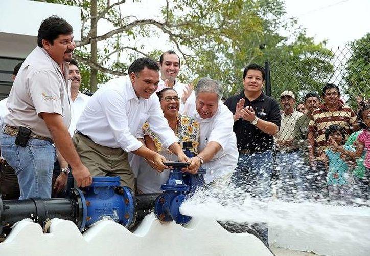 El gobernador Rolando Zapata entregó ayer la ampliación del sistema de agua potable y red eléctrica en comunidades de Cenotillo y Buctzotz. (Cortesía)