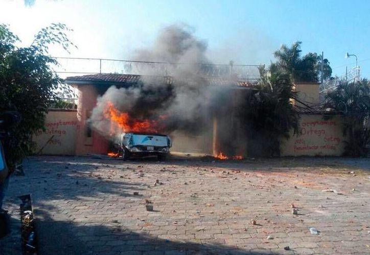 Los maestros quemaron una camioneta frente a Casa Guerrero, en Chilpancingo. (Foto: Carlos Zúñiga/Milenio)