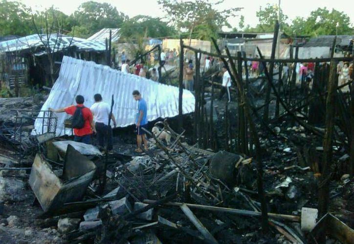 El fuego acabó con cinco viviendas en la asentamiento irregular. (Redacción/SIPSE)
