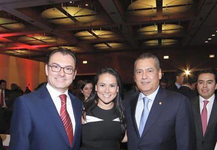 Alejandra del Moral ha sido consejera nacional del PRI. Aquí aparece con el secretario de Hacienda y el diputado Manlio Fabio Beltrones. (Alejandra del Moral/Facebook)