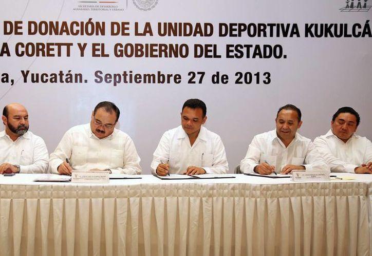 La firma del contrato de donación de los terrenos donde se asienta la Unidad Deportiva Kukulcán. (SIPSE)