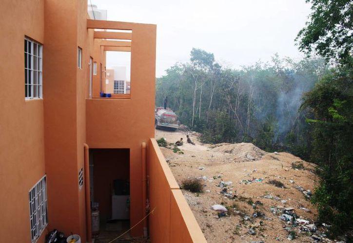 El humo generado por el incendio cercano a Villas del Sol, ha comenzado a afectar la salud de los vecinos. (Octavio Martínez/SIPSE)