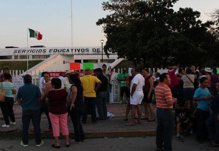 Según los padres de familia las autoridades educativas los han intimidado en varias ocasiones. (Ángel Castilla/SIPSE)