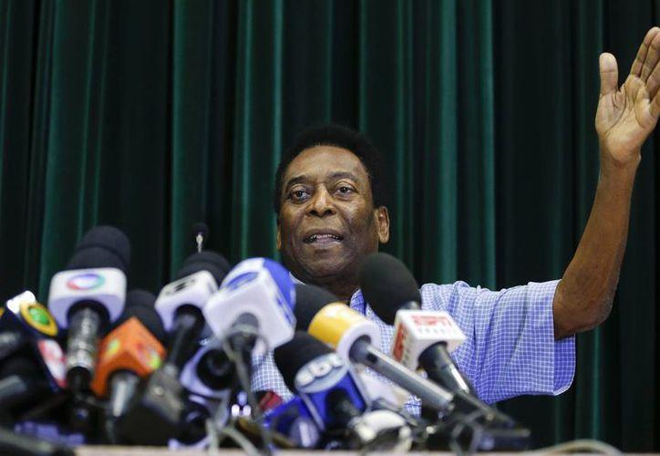 Conferencia de prensa de Edson Arantes, Pelé, en el hospital Albert Einstein, en Sao Paulo, tras ser dado de alta. (Foto: AP)