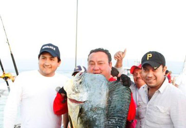 El ganador del primer premio, Andrés Ruiz y su tripulación del Acuario. (Francisco Sansores/SIPSE)