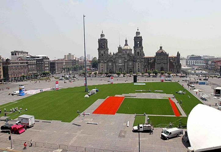 25 personas participan en el montaje del pasto del terreno de juego, en una extensión de 8,900 metros cuadrados, que servirá para el festival de la Liga Mexicana de Beisbol. (Notimex)