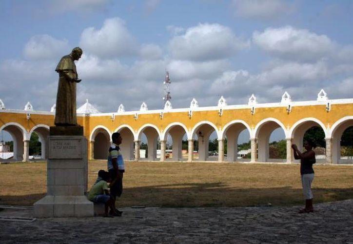 Una estatua de Juan Pablo II recuerda su visita a Izamal, Yucatán, en agosto de 1993. (Archivo/SIPSE)