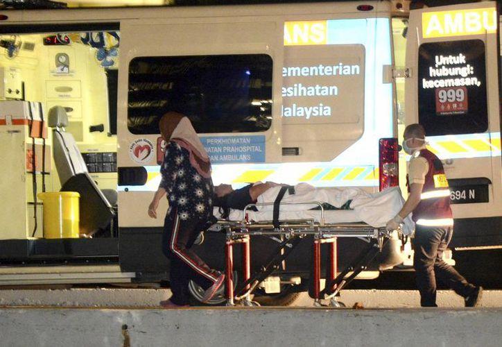 Un sobreviviente del barco hundido en Malasia es atendido en el puesto de la Marina malasia en Kota Kinabalu. (AP)