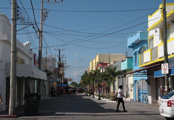 En las inmediaciones de los parques Quintana Roo y Benito Juárez no se ha concretado el proyecto de cableado subterráneo. (Julián Miranda/SIPSE)