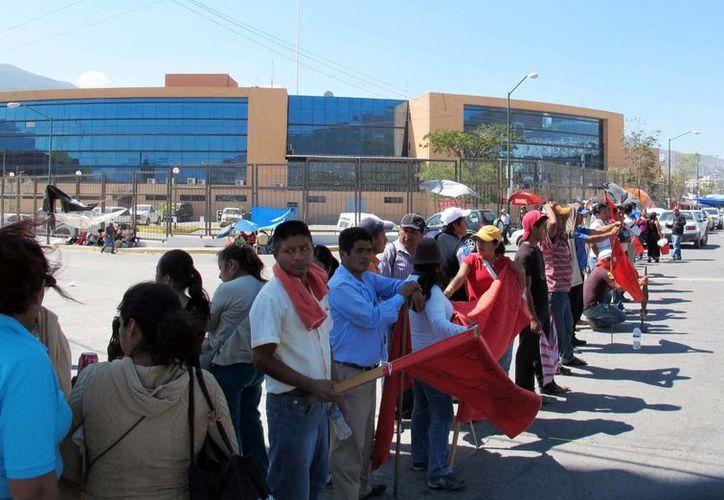 Maestros disidentes han hecho plantones, marchas y bloqueos que generan grandes pérdidas a los comerciantes. (Notimex)