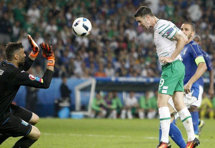Robbie Brady remató al minuto 85 el gol con el que los irlandeses se mantienen con vida en la Eucopa 2016. (AP)