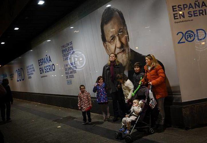 El presidente del gobierno, Mariano Rajoy, busca un segundo mandato de cuatro años este domingo en los comicios españoles. La mayoría de las encuestas muestran al Partido Popular, de Rajoy, a la cabeza en las preferencias, con Ciudadanos, Podemos y los socialistas en liza por el segundo puesto. (AP)