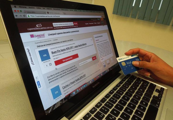 El 'Cyber Monday' es el día que se ofrece atractivos descuentos  sobre el precio regular en artículos tecnológicos. Imagen de contexto de una mujer comprando en línea. (Archivo/SIPSE)