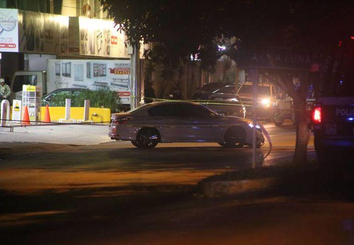 El automóvil quedó atravesado en medio de la avenida. (Redacción)