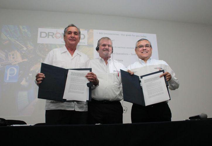Carlos Sauri Duch, rector de la Universidad Modelo; Kenneth Roko, presidente y CEO del Grupo RGI y Hernán Cruz Nucamendi, director de operaciones de RGI-Innovaciones, durante la firma del convenio. (Foto: SIPSE)