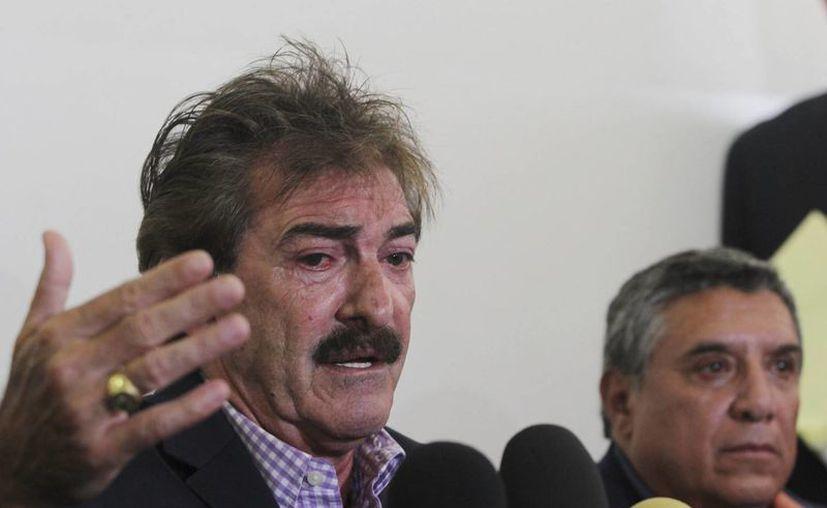 El entrenador argentino Ricardo Antonio La Volpe sugerirá por escrito a la FIFA jugar con 10 futbolistas para que haya más espacios y se recupere el espectáculo. (EFE)