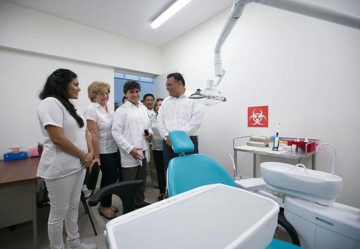 El gobernador Rolando Zapata presidió la inauguración del Centro de Salud en Yobaín, que ampliará la cobertura médica para personas del interior del Estado. (Foto cortesía del Gobierno de Yucatán)