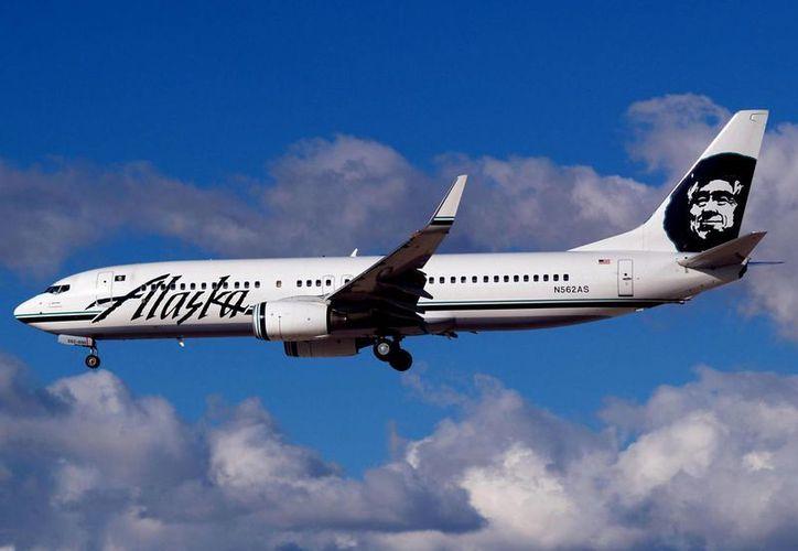 Un hombre intentó besar a una jovencita a la fuerza, durante un vuelo de Alaska Airlines, la situación obligó al capitán a realizar un aterrizaje de emergencia. (Agencias/Archivo)